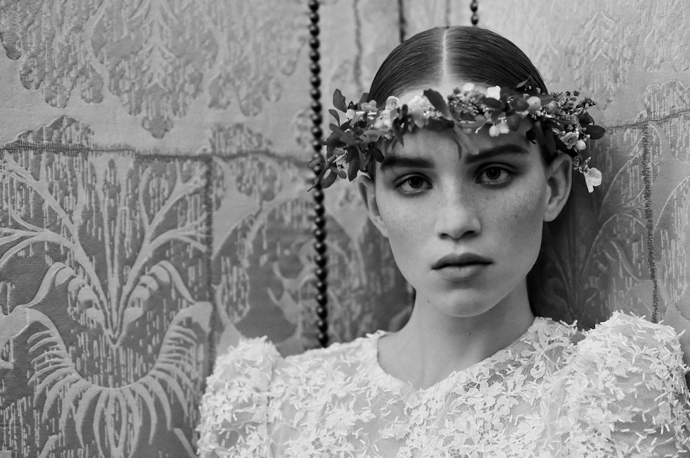 This image has an empty alt attribute; its file name is 5_Chanel_Haute_Couture_Spring-Summer_2021_Family_Portraits_Book_Paris_2021_Copyright_Anton_Corbijn_11.jpg